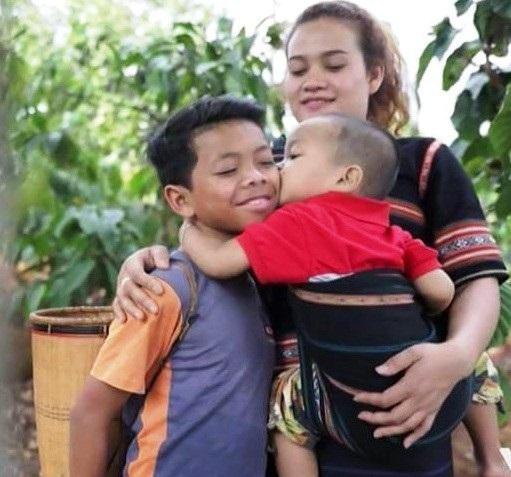 Cảm phục cô gái Tây Nguyên dám đứng dậy chống hủ tục, nhận nuôi hai người con
