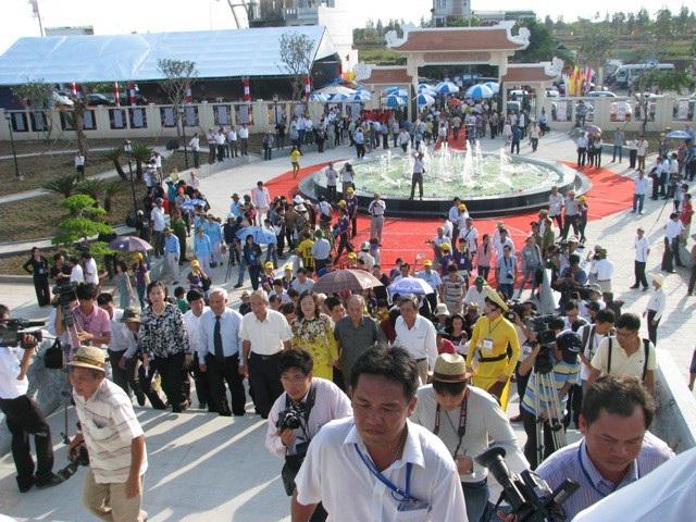Đông đảo đại biểu, du khách đến tham quan Khu lưu niệm Đờn ca tài tử Nam Bộ và Nhạc sĩ Cao Văn Lầu trong ngày khánh thành.