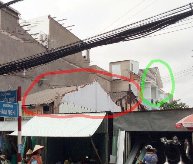 Nhà ông Cường (vòng đỏ) và nhà dự án (vòng xanh) cùng nằm thẳng hàng với nhau.