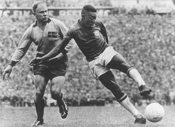 Vua bóng đá Pele thi đấu rực sáng ở World Cup 1958 khi mới 17 tuổi