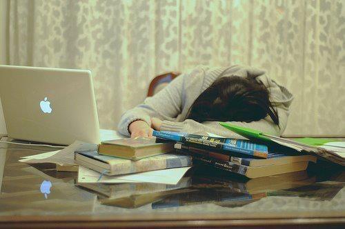 Trước ngưỡng cửa quan trọng của cuộc đời con em mình, các bậc phụ huynh thường chung tâm lý lo lắng. Vì quá âu lo nên vô tình gây áp lực trong chuyện học hành cho con. (Ảnh: sưu tầm)