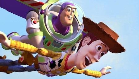 """""""Toy story"""" (1995) luôn là một trong những bộ phim hoạt hình xuất sắc nhất mọi thời đại. Xoay quanh những món đồ chơi tưởng vô tri nhưng lại mang cảm xúc chân thực như chính con người, biết khóc, biết cười, biết ghen tuông, biết yêu thương, """"Toy story"""" đã chứng minh rằng thời gian có thể trôi qua, ấu thơ có thể lùi vào dĩ vãng như tình bạn và những kỉ niệm đẹp đẽ lúc nào cũng trường tồn."""