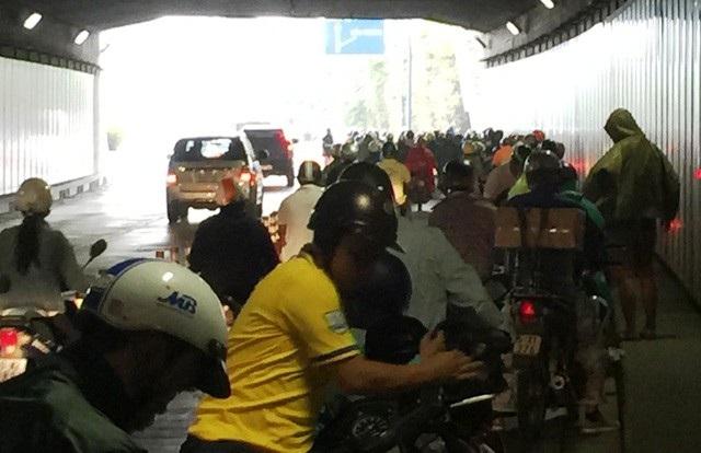 Tình trạng người dân dừng xe trú mưa trong hầm Thủ Thiêm gây cản trở giao thông thường diễn ra trong các mùa mưa trước đây.