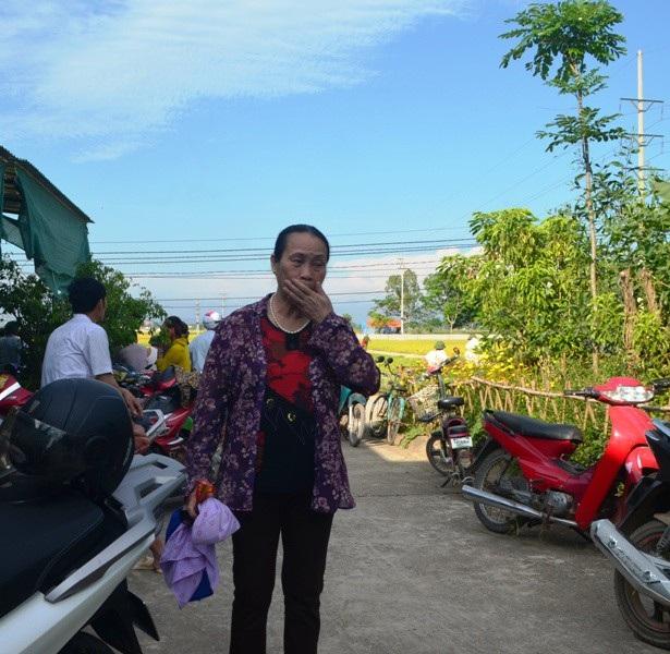 Bà Bà Đào Thị Thanh (chị gái chị Hoa) không cầm nổi nước mắt khi nhắc lại về cái chết của em gái.