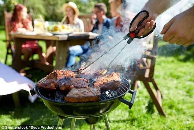 Đứng gần bếp nướng có thể làm tăng nguy cơ ung thư vì các chất độc hại trong khói ngâm vào da