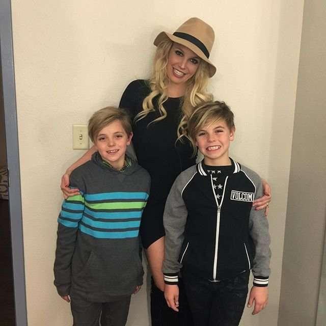 Britney Spears hạnh phúc bên hai con trai, Sean Preston, 12 tuổi, và Jayden James, 11 tuổi.