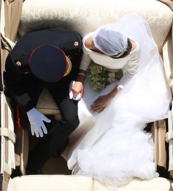 Bức ảnh chụp phía trên Hoàng tử Harry và vị hôn thê Meghan Markle khiến nhiều người thắc mắc về cách chụp, khi máy bay không người lái bị cấm sử dụng