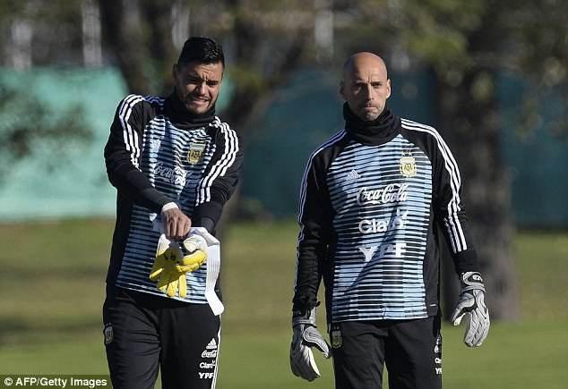 Caballero (phải) sẽ được lựa chọn bắt chính ở World Cup 2018