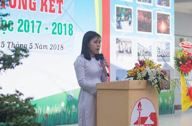 Thay mặt học sinh khối 12 của trường, nữ sinh Đào Thị Quyên hứa các em sẽ sống làm người tử tế