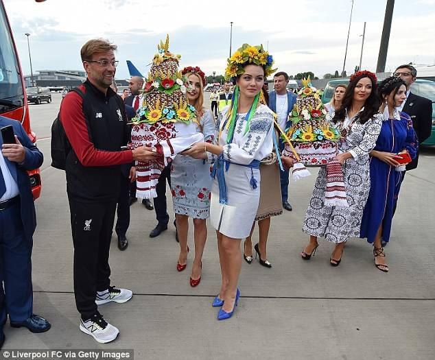 Liverpool được chào đón như những người hùng khi đổ bộ xuống Kiev - 2