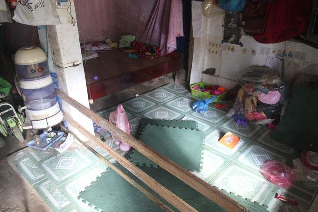 Phòng công vụ chỉ bằng nền đất, các thầy cô phải mua tạm vài viên gạch hoa lót sàn cho sạch sẽ, bọn trẻ con nghịch đỡ bẩn