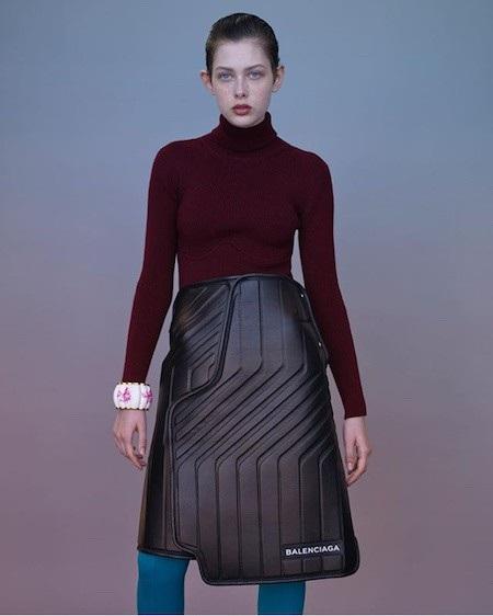 Chiếc váy này được ví von như làm từ… thảm xe hơi