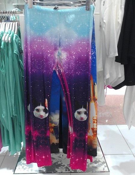 Những chú mèo huyền ảo bất thình lình hiện ra giữa vũ trụ thảm họa thời trang