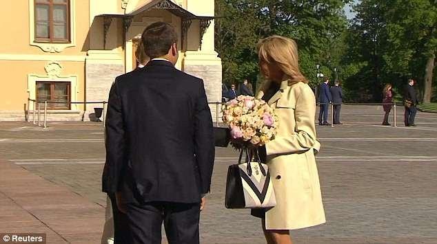 Hành động tặng hoa của ông Putin gây chú ý vì trước đó truyền thông Đức từng chỉ trích Tổng thống Nga vì tặng hoa cho Thủ tướng Angela Merkel khi hai nhà lãnh đạo có cuộc gặp tại Sochi hồi tuần trước.