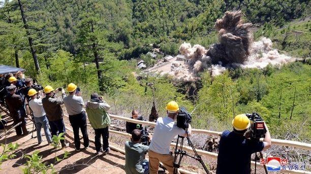 Phóng viên quốc tế quan sát vụ phá hủy bãi thử hạt nhân Triều Tiên ngày 24/5. (Ảnh: KCNA)