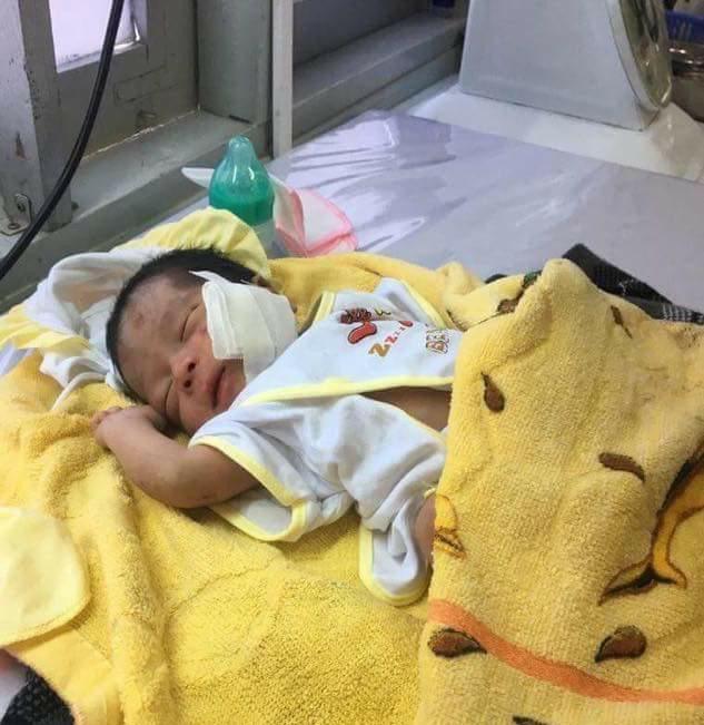 Bé trai bị chôn sống đang được điều trị tại Bệnh viện Đa khoa khu vực La Gi, Bình Thuận