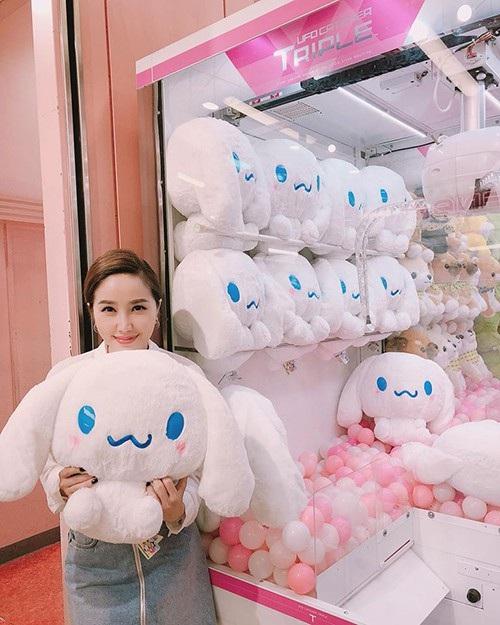Ca sĩ Bảo Thy khoe ảnh đáng yêu với chú thỏ bông mà cô gắp được khi tham gia trò chơi trong chuyến du lịch ở Nhật Bản.