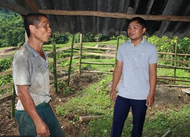 Lô Mạnh Quân - PCT xã Hữu Kiệm hướng dẫn người dân làm chuồng trại nuôi nhốt gia súc lúc dự án đang được triển khai. Đến thời điểm này, dự án kết thúc đã gần 1 năm, Quân vẫn chưa được bố trí công việc mới