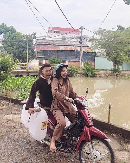 Angela Phương Trinh gây bất ngờ với hình ảnh diện trang phục giản dị, đi xe máy, chở bạn đi lấy nước trong chuyến từ thiện.