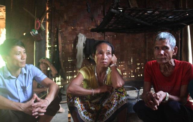 Phạm Văn Hòa (ngoài cùng bên trái) - PCT xã Bảo Thắng, Kỳ Sơn, Nghệ An trong một chuyến vào bản gặp gỡ, nắm bắt tâm tư của người dân