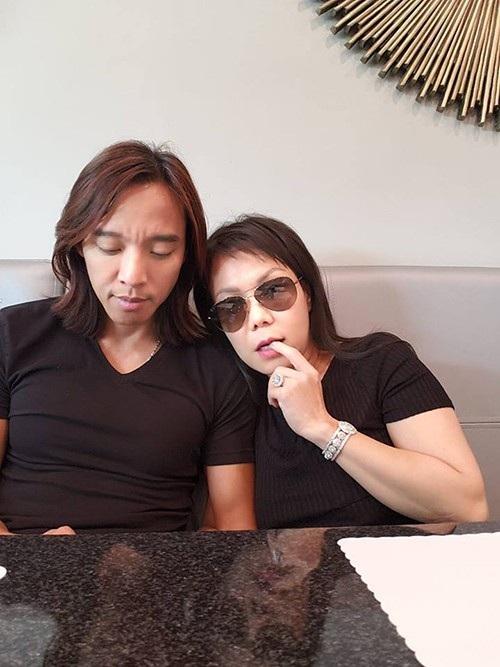 Diễn viên hài Việt Hương e thẹn dựa vào vai chồng, với dòng trạng thái theo phong cách hài hước quen thuộc: Lâu lắm rồi trốn con đi ăn bữa. Mắc cỡ quá.