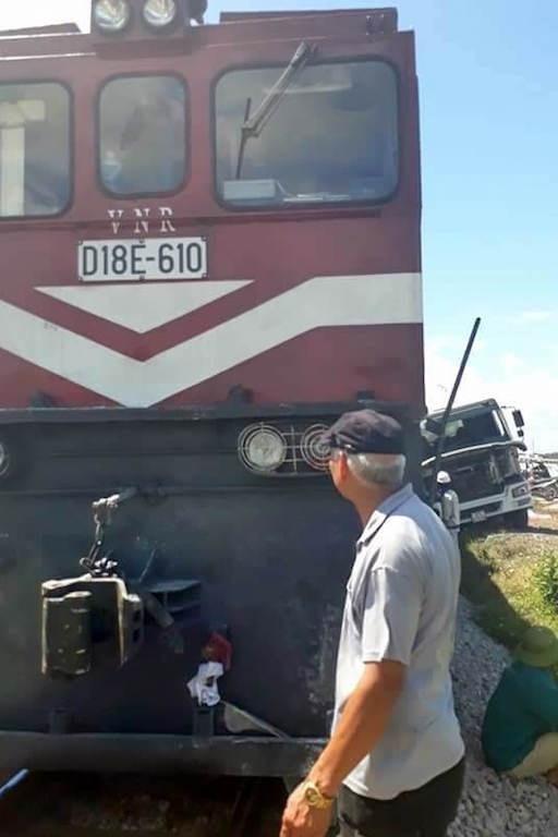 Chiếc xe ô tô tải và tàu bị hư hỏng sau vụ đâm.