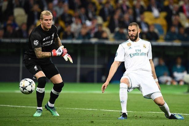 Thủ thành Karius (trái) biếu cho Real Madrid tới hai bàn