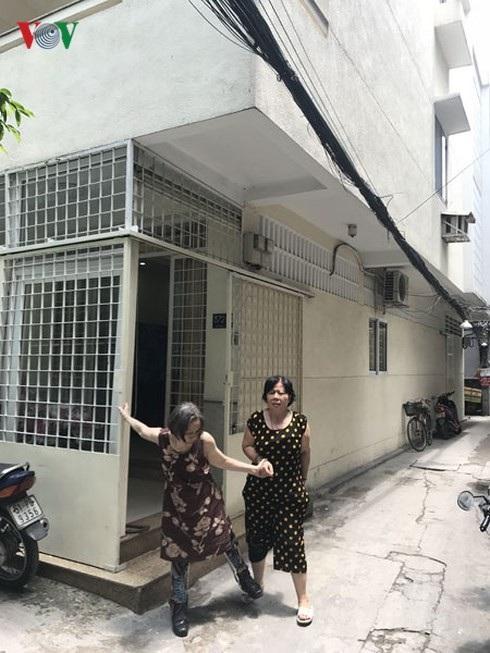 Bà Trần Thị Ngọc Nga (trái) tại căn nhà số 372/21