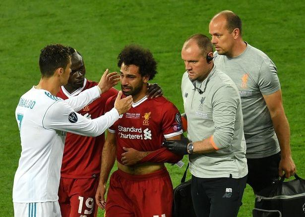 Salah (giữa) khóc khi buộc phải rời sân