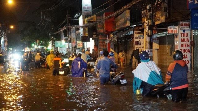 Đường Phan Huy Ích trước đây chỉ kẹt xe nhưng giờ đã ngập nặng (ảnh: Trương Nhân)
