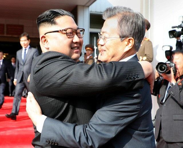 Tổng thống Hàn Quốc Moon Jae-in và nhà lãnh đạo Triều Tiên Kim Jong-un trong cuộc gặp thượng đỉnh lần 2 hồi tháng 5 (Ảnh: Reuters)