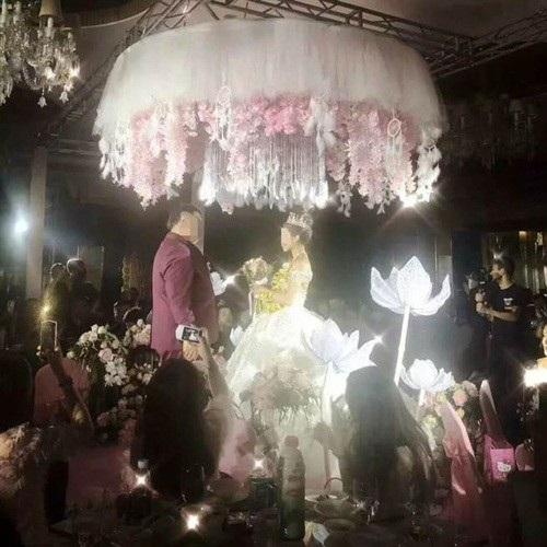 Chú rể bỏ ra không ít tiền để tổ chức hôn lễ. Đám cưới được tổ chức tại một trong những hội trường lớn nhất địa phương, hôn trường được trang trí cầu kỳ, cẩn thận.