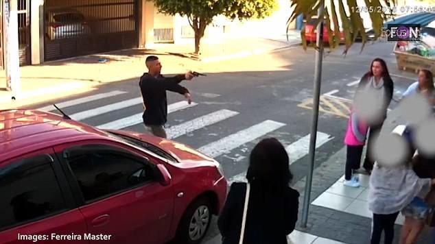 Khoảnh khắc tên cướp dùng súng đe dọa những đứa trẻ và mẹ của chúng khi họ đang đứng trên đường