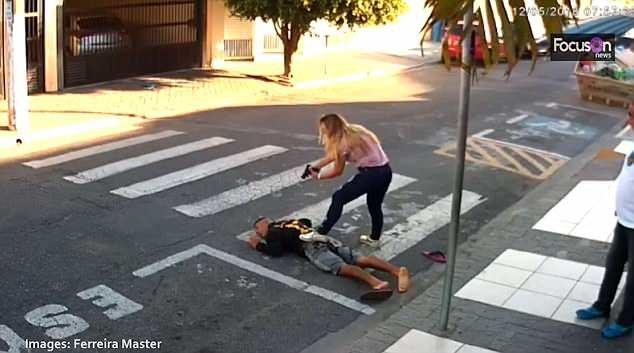 Sastre, sĩ quan cảnh sát ngoài giờ làm việc, đã khống chế tên cướp một cách kịp thời