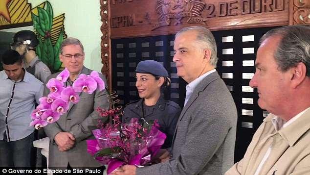 Sastre được Thống đốc bang Sao Paulo tặng hoa cho hành động dũng cảm của mình