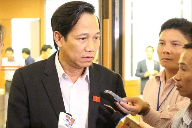 Ông Đào Ngọc Dung trao đổi với báo chí bên hành lang Quốc hội