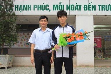 Thầy Đặng Đình Tới trao thưởng cho học sinh Bùi Thái An.