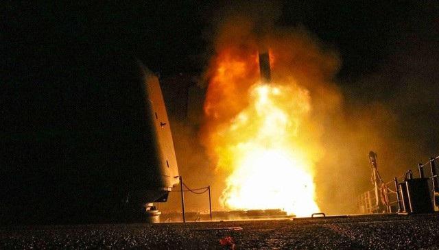 Tên lửa được phóng đi từ tàu khu trục Mỹ trong vụ không kích Syria hôm 14/4. (Ảnh: Hải quân Mỹ)