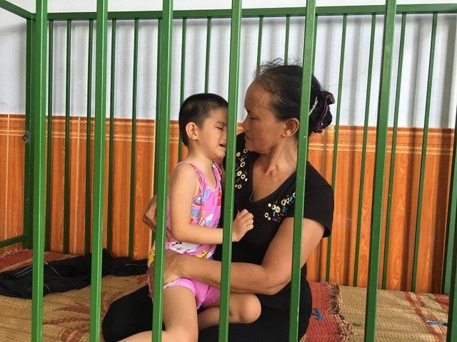 Thanh Trúc đau đớn vì bị những cơn đau hành hạ, cô bé chỉ ở trong cũi sắt hoặc trên tay bà ngoại