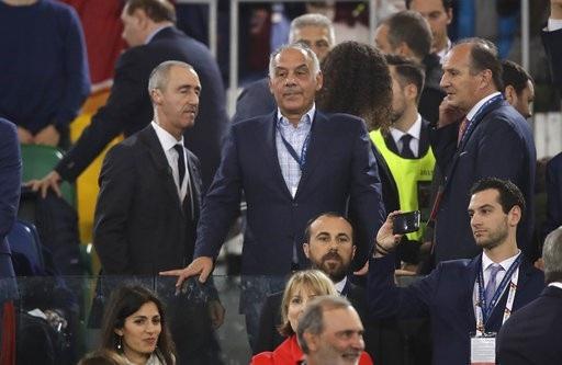 Chủ tịch Roma, ông James Pallotta (giữa) đứng trên khán đài theo dõi các cầu thủ thi đấu