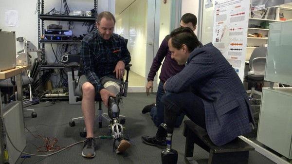 Giáo sư Hugh Herr (phải) mất cả 2 chân trong một tai nạn và đặc biệt quan tâm đến áp dụng công nghệ vào các bộ phận giả cho con người