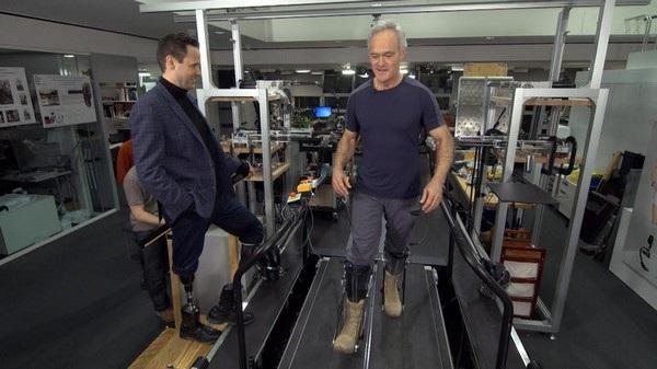 Phóng viên Scott Pelly thử nghiệm bộ xương gắn ngoài để giúp tăng thêm sức mạnh cho đôi chân, dự án mà Herr đang phát triển