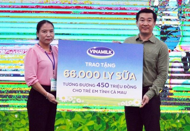 Đại diện Vinamilk (phải) trao bảng tượng trưng 66.000 ly sữa cho tỉnh Cà Mau.