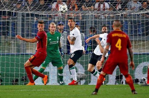 Lovren phá bóng lên không nhìn, trái bóng đập thẳng vào đầu của Milner bật ngược lại
