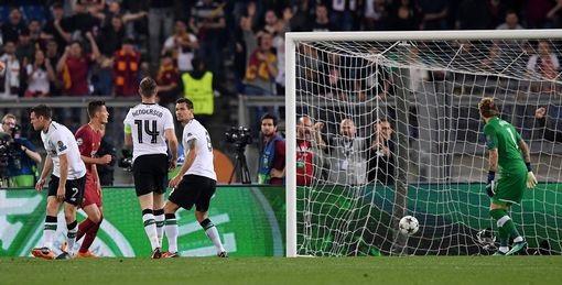 Karius cũng không kịp phản ứng khi trái bóng chui vào lưới của đội khách