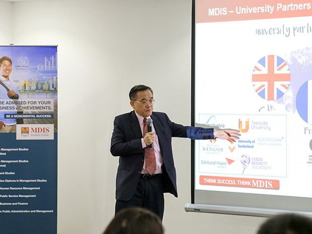 Dr. Eric Kuan – Hiệu trường nhà trường MDIS thuyết trình.