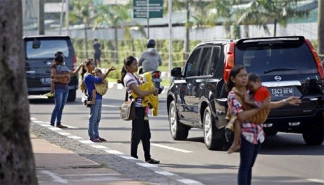 Nghề đi nhờ xe phát sinh từ tình trạng tắc đường ở Indonesia.