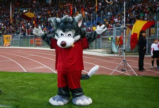 Linh vật của Roma đón chào trận đấu