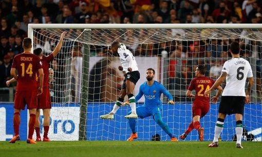 Wijnaldum đánh đầu tung lưới của Roma ở phút 26