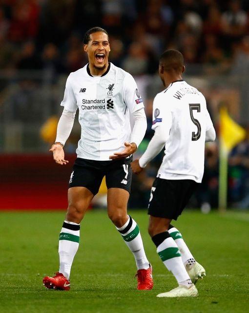 Van Dijk (trái) chia vui với đồng đội, đồng hương Wijnaldum sau khi cầu thủ số 5 của Liverpool ghi bàn